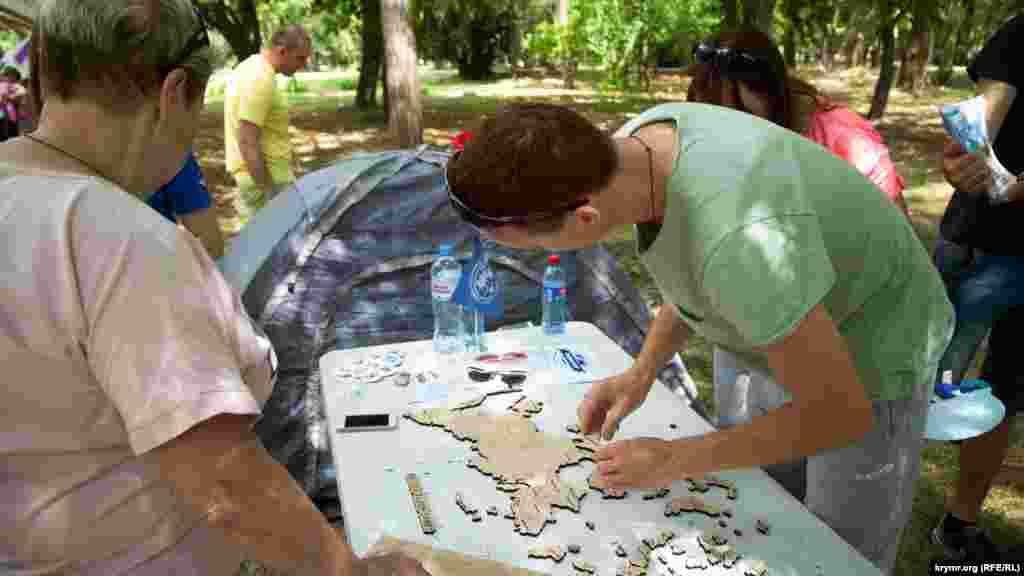 На праздновании Дня молодежи посетители могли собрать паззлы с деревянными элементами в форме регионов России