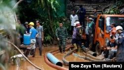 Vojnici i spasilačke ekipe ispumpavaju vodu iz špilje, Tajland