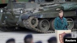 Прэзыдэнт Эстоніі Керсьці Кальюлайд падчас афіцыйнай цырымоніі, якой віталі разгортваньне шматнацыянальнага батальёна NATO ў Тапа, 20 траўня 2017 году
