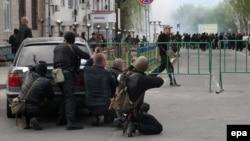 Вооруженные пророссийские активисты захватывают здание областного управления МВД в Луганске