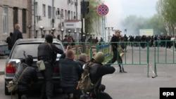 Пророссийские активисты у здания управления полиции в Луганске, 29 апреля 2014