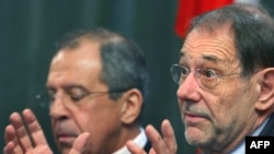 Russian Foreign Minister Sergei Lavrov (left) and EU Foreign Policy chief Javier Solana at a press conference in February