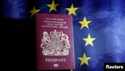 ЕБнын желеги менен Британиянын паспорту. Иллюстрация
