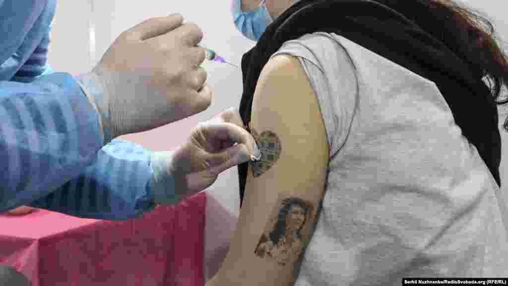 Вакцинація в Києві триватиме в суботу та неділю з 10:00 до 18:00 години за адресою: просп. Броварський, 15 (корпус 4, вхід 4-А)