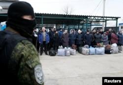 """Люди, переданные """"ДНР"""" Украине, ждут начала процедуры обмена на контрольно-пропускном пункте. 29 декабря 2019 года"""