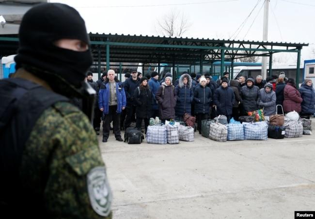 Люди, переданные  ДНР  Украине, ждут начала процедуры обмена на контрольно-пропускном пункте. 29 декабря 2019 года