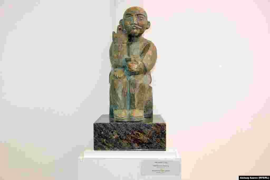 Эта скульптура создана в 1982 году. Она называется «Шымкентскоепиво» и вызывает у посетителей обычно позитивные эмоции. Сам ТлеубердыБинашев родом из Шымкента.