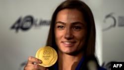 Xhudisja Majlinda Kelmendi prezanton medaljen e artë olimpike. Prishtinë, 14 gusht, 2016
