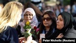 Участницы траурной церемонии в Манчестере, 23 мая 2017