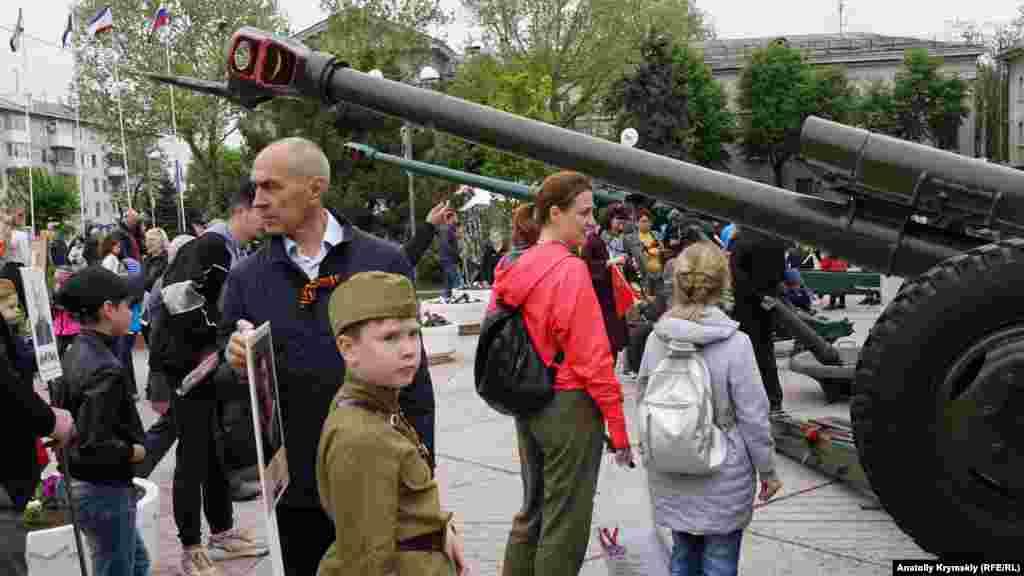 Bazı şeerliler foto çıqarmaq içün balalarnı ordu urbasına kiydirip keldi