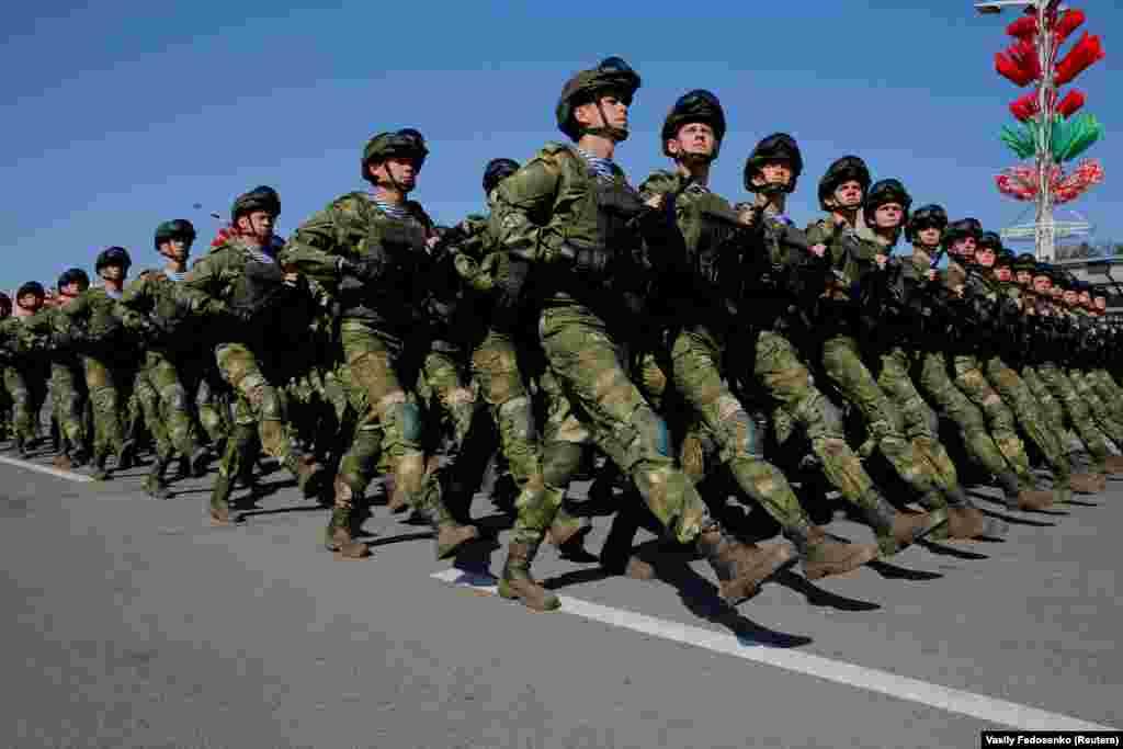 По наблюдениям корреспондента Радио Свобода, в этот раз гостей на параде было меньше, чем обычно: в прошлые годылюди стояли толпами перед контрольно-пропускными пунктами. Но все равно на мероприятие пришли тысячи жителей Минска и гостей из других регионов и стран