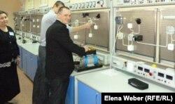 Студенты в лаборатории темиртауского политехнического колледжа.