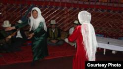 Памир кыргыздарынын бийи. Бир киши комуз чертип берет. Бийчилер кыргыздын турмуш-тиричилигиндеги үрөн себүү, жүн сабоо, жип ийрүү, өрмөк согуу жана башка жумуштарын туурап бийлешет.