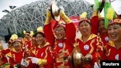 """Пекиндегі """"Құс ұясы"""" стадионында тұрған қала тұрғындары. 31 шілде 2015 жыл."""