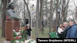 Depuneri de flori la bustul lui Mihai Eminescu din Chişinău