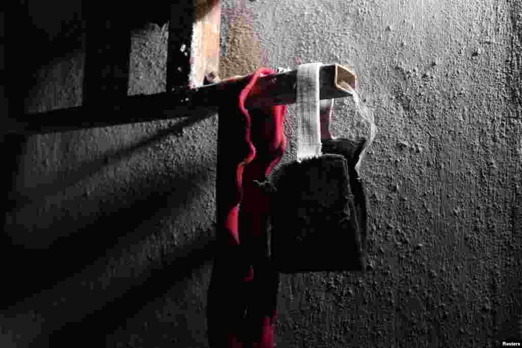 Cohë me llastik prapa që përdoret për t'i mbyllur sytë e të burgosurvejanë fotografuar brenda një burgu, që sipas Forcave Demokratike Siri (SDF), u përkisnin militantëve të Shtetit Islamik në Manbij, Aleppo, Siri.