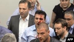 Kryeministri aktual i Maqedonisë, Zoran Zaev ishte lënduar pasi protestuesit u futën brenda sallës së Kuvendit. 27 prill, 2017.