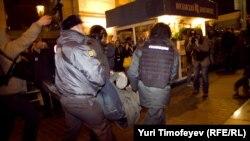 Московская полиция задерживает оппозиционеров