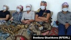 Пять женщин, несогласных с изъятием их земли под госнужды, объявили голодовку. Астана, 6 августа 2014 года.