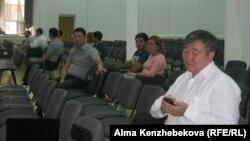Несколько родителей, пришедших на организованное Transparency Kazakhstan родительское собрание. Алматы, 17 августа 2016 года.