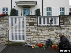 Квіти та свічки в пам'ять про Вацлава Гавела біля його дому. Прага, 18 грудня 2011 року