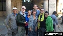 مازن حمزة مع بعض المشاركين في مسيرة طريق الحج المسيحي الاوروبي