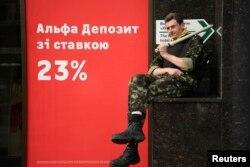 Активист народной самообороны сидит у офиса банка. Киев, 26 марта 2014 года.
