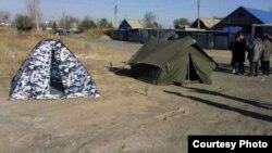Жители Жезказгана установили палатки рядом со своими домами, которые подверглись наводнению. Жезказган, октябрь 2012 года. Автор фото - Наталья Соколюк.