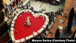 Верона, площа Синьйорів, де на День Валентина щороку влаштовують ярмарок у формі серця