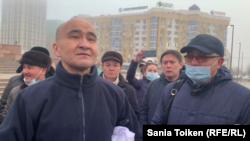 Гражданский активист Макс Бокаев (второй слева) на площади Исатая и Махамбета с прибывшими поддержать его сторонниками после его освобождения из тюрьмы. Атырау, 4 февраля 2021 года.