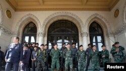 Військові та поліцейські охороняють будівлю уряду Таїланду під час антиурядових демонстрацій в Бангкоку, 3 грудня 2013 року