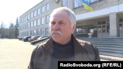Мужчина говорит, что пришел голосовать, потому что надоело жить в состоянии войны