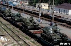 Tehnică militară rusă în oraşul Kamensk-Şahtinskii, regiunea Rostov de la graniţa cu Ucraina, 24 august 2014