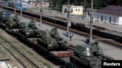 Грузовой состав с самоходными гаубицами на станции в Ростовской области в России. 24 августа 2014 года.
