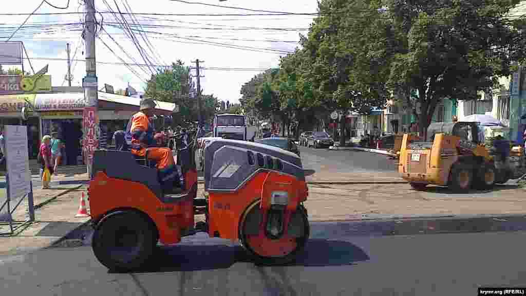 Идет работа дорожных служб по укладке асфальта, 21 июля 2015 года
