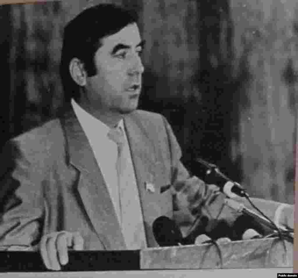 Моҳи ноябри соли 1992 Эмомалӣ Раҳмон раиси Шӯрои Олии Тоҷикистон интихоб шуд.
