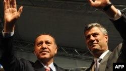 Recep Tayyip Erdogan (majtas) dhe Hashim Thaçi gjatë një takimi nbë Prizren në vitin 2010