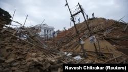 Разрушенные из-за землетрясения строения в Непале. Катманду, 25 апреля 2015 года.