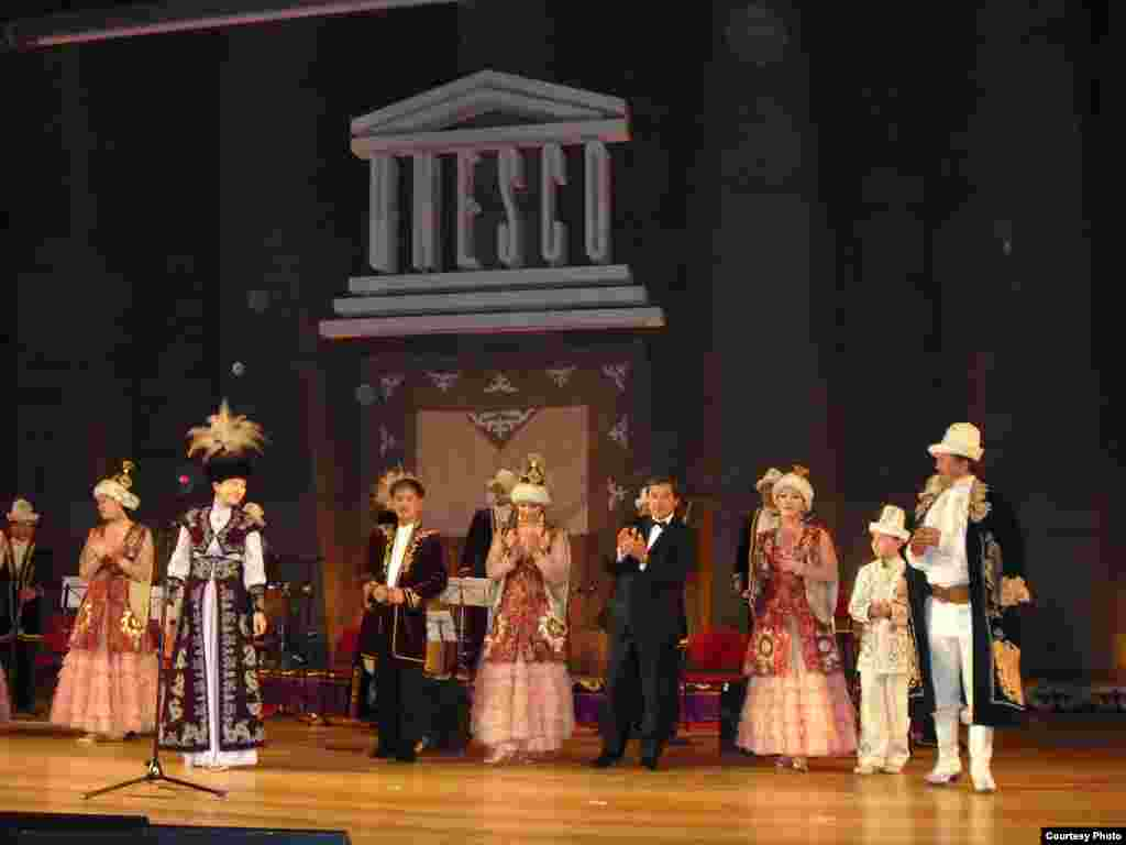 Парижде кыргыздардын курултайы өттү - Курултай концерт менен коштолуп, анын катышуучулары өз таланттарын көрсөтүп, көрүүчүлөрдүн мактоолоруна арзышты.