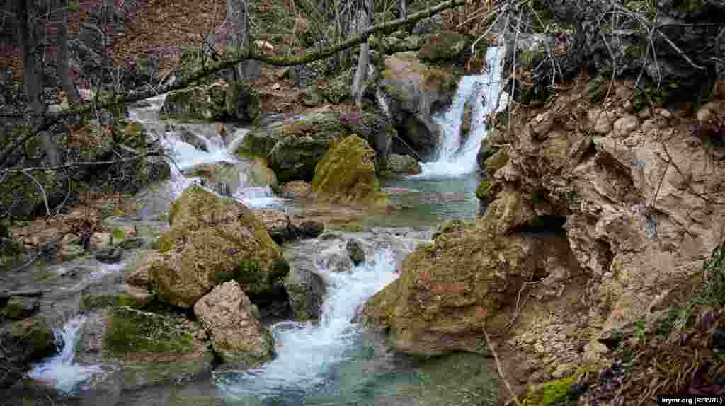 Речка Кизилкобинка, которую также знают как Кизил-Коба, Къызыл Къоба Озен, или река Краснопещерная