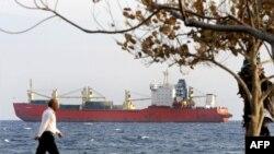 ساحل بندر ليماسول قبرس، کشتی روسی مونچهگورسک که در اجاره ايران است در آبهای اين بندر لنگر انداخته است،چهرشنبه ۱۶ بهمن