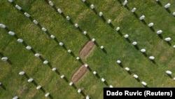 Varrezat në Qendrën Përkujtimore Potoçari, Srebrenicë, prill 2021.