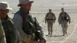 ABŞ-nyň goranmak seretary James Mattis (sag tarapdan ikinji) ABŞ-nyň harby-deňiz generaly bolan döwründe, Owganystan, 1-nji dekabr, 2001.