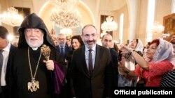 Lebanon -- Armenian Prime Minister Nikol Pashinian visits an Armenian church in Beirut, October 21, 2018.