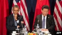 Париждегі ғаламдық климат өзгерісі конференциясына келген АҚШ президенті Барак Обама (сол жақта) мен Қытай президенті Си Цзиньпин. 30 қараша 2015 жыл