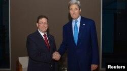 Sekretari amerikan i Shtetit, John Kerry shtrëngon duart, Bruno Rodríguez në Panama