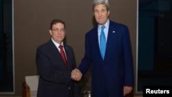 Держсекретар США Джон Керрі (праворуч) і міністр закордонних справ Куби Бруно Родрігес, Панама, 9 квітня 2015 року