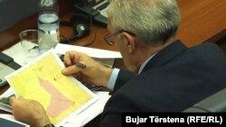 Një deputet i Kuvendit të Kosovës duke shikuar vijën kufitare në hartë