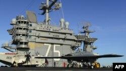 """Беспилотник X-47B на палубе авианосца """"Гарри Трумэн"""" (архивное фото)"""