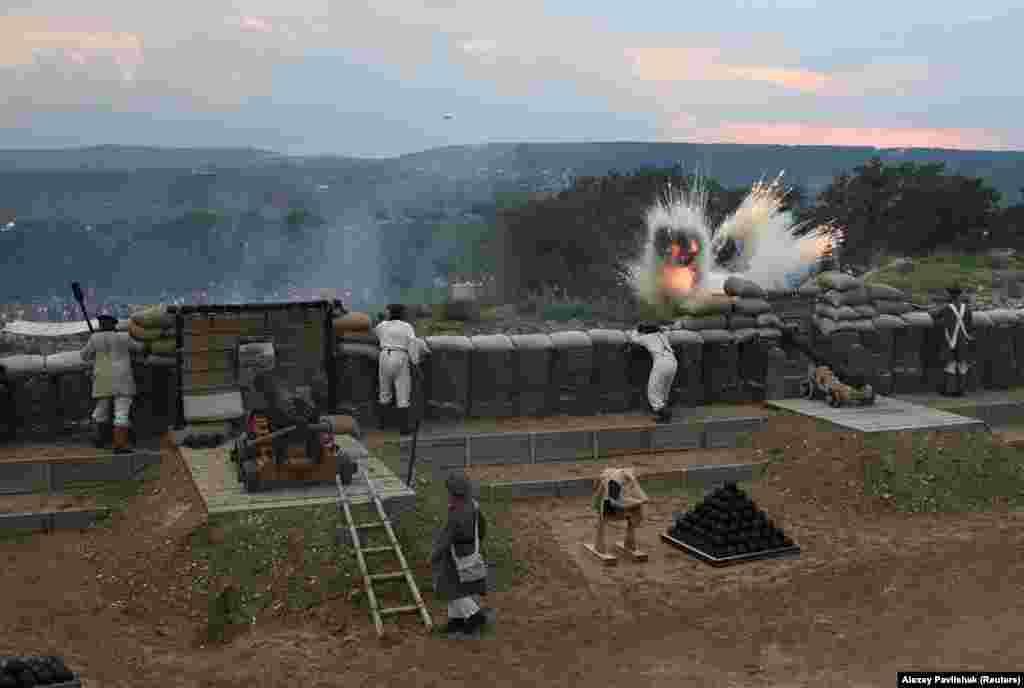 """Воссоздание сражения было частью открытия «парка» под Севастополем в Крыму, получившего название «Парк живой истории """"Федюхины высоты""""». Сообщается, что эта местность на возвышенности названа в честь российского командира, который воевал во время Крымской войны."""